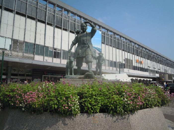 岡山駅前の桃太郎