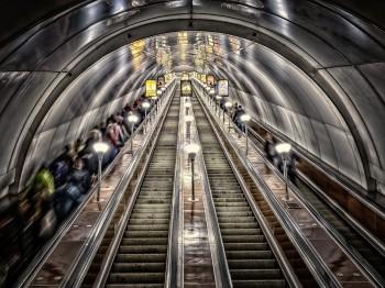 サンクトペテルブルクの地下鉄エスカレーター
