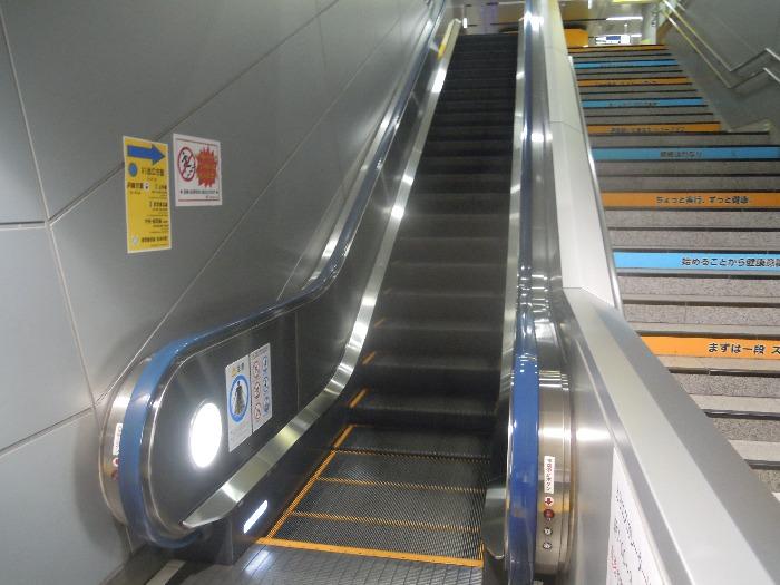 乗り換え時に通る階段とエスカレーター